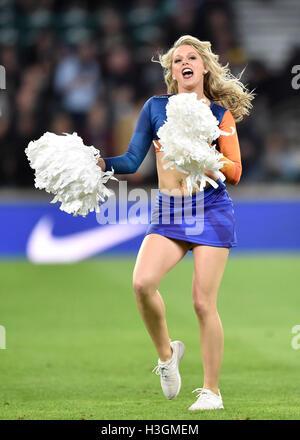 London, UK. 8. Oktober 2016. Cheerleader Australien unterhält die Massen während der Halbzeitpause im Rugby Championship - Stockfoto