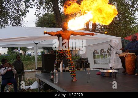 London, UK. 8. Oktober 2016. Der Feuerwehrmann Preforms auf der Tottenham grün multikulturelles Festival, London, - Stockfoto