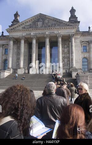 """Deutschland, Berlin, Reichstag, Schriftzug """"Dem Deutschen Volke"""", Schlange, - Stockfoto"""