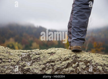 Wanderer Bein im Freien stehen auf Berggipfel - Stockfoto