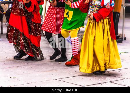 Karneval: Kinder gehen zusammen auf der Straße in bunten Karnevalskostüme gekleidet - Stockfoto