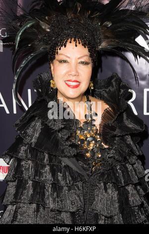 Los Angeles, Kalifornien USA. 29. Oktober 2016. Modedesignerin Sue Wong und Schauspieler Vincent De Paul besuchen - Stockfoto