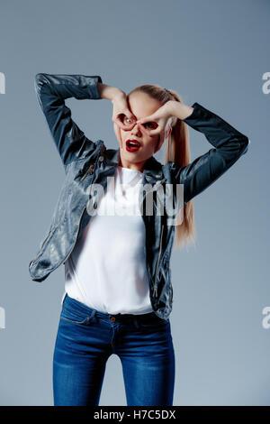 Mode-Modell ziehen ihr Haar in Heck und Blick in die Kamera - Stockfoto