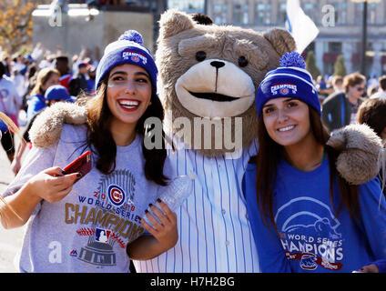 Chicago, USA. 4. November 2016. Fans des Baseballteams Chicago Cubs posieren für Fotos während einer Parade zu Ehren - Stockfoto