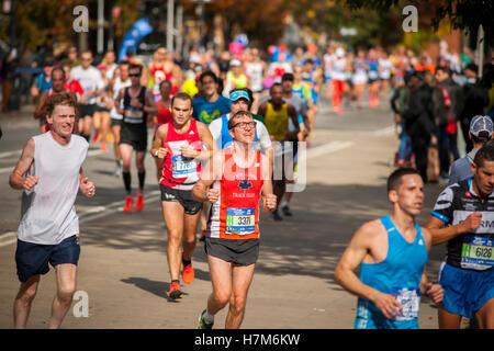 New York, USA. 6. November 2016. Läufer durchqueren Harlem in New York in der Nähe von 22 Meilen-Marke in der Nähe - Stockfoto
