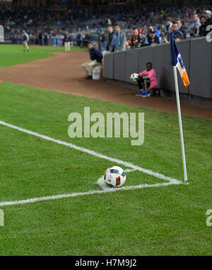 New York, Vereinigte Staaten von Amerika. 6. November 2016. New York, NY USA - 6. November 2016: Fußball an Ecke - Stockfoto