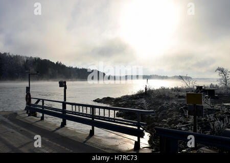 Kalter Tag im November. Nebel steigt aus dem Meer. - Stockfoto