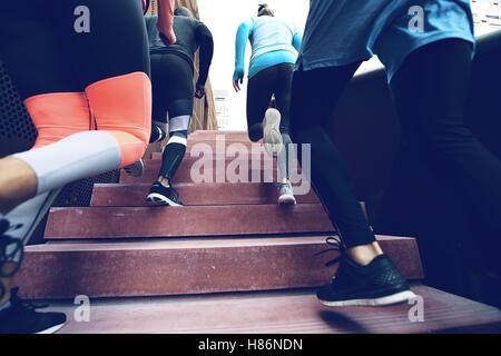 Nahaufnahme der mehrere Athleten laufen die Treppe hinauf und üben. Exemplar - Stockfoto