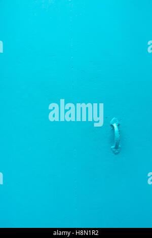 Türkis Blau bemalten Tür mit einfachen Knopf Griff, Ibiza, Spanien. - Stockfoto