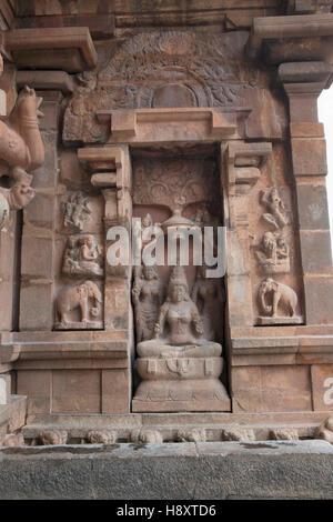 Göttin Lakshmi, südlichen Nische des zentralen Schreins, Brihadisvara-Tempel, Thanjavur, Tamil Nadu, Indien. - Stockfoto