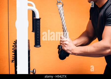 Trizeps-Übung mit Kabel - Stockfoto