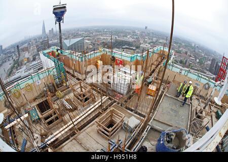 Bau eines neuen Hochhauses am Südufer der Themse in London UK. Fisch-Auge Ansicht zeigt Skyline über - Stockfoto