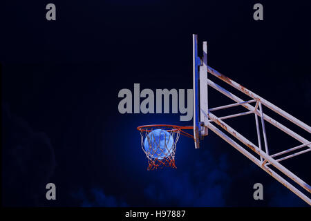 Mond in einen Basketballkorb. - Stockfoto