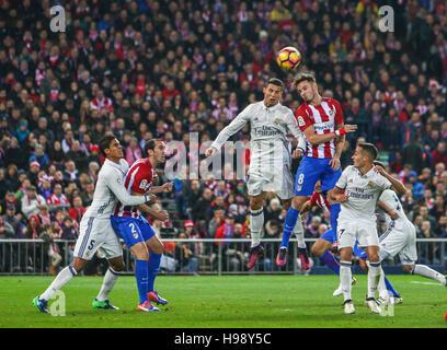 Madrid, Spanien. 19. November 2016. Real Madrid? s Portugiesen Cristiano Ronaldo bestreiten einen Ball mit Atletico - Stockfoto