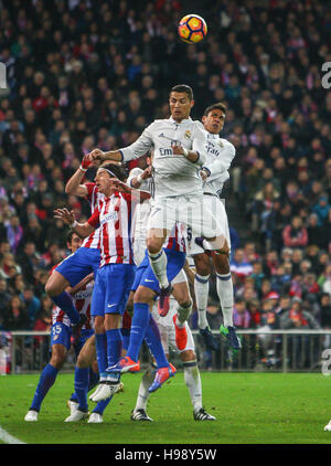 Madrid, Spanien. 19. November 2016. Real Madrid? s Cristiano Ronaldo springen während der spanischen La Liga-Fußballspiel - Stockfoto