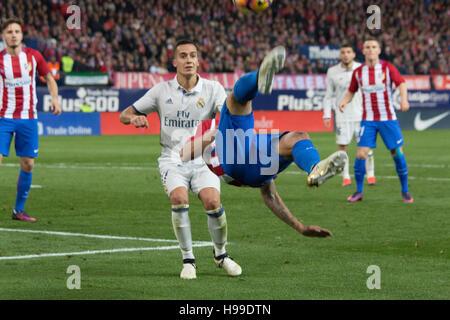 Madrid, Spanien. 19. November 2016. Carrasco macht eine Chilena. Real Madrid schlägt Atletico de Madrid mit 3: 0 - Stockfoto