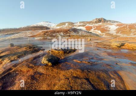 Geysir geothermische Gebiet mit zahlreichen heißen Quellen, Wahrzeichen Attraktion Golden Circle Tour Island - Stockfoto