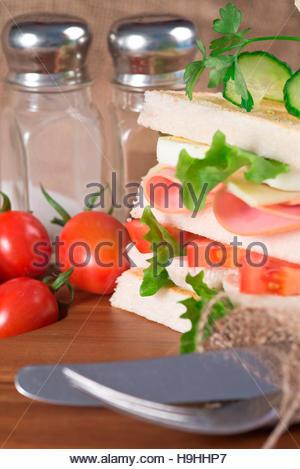Rustikale Küche Einstellung für frische Club sandwich - Stockfoto