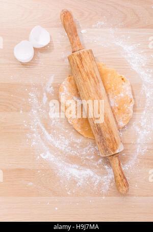 Vorbereitung hausgemachte Pasta auf Holztisch. - Stockfoto