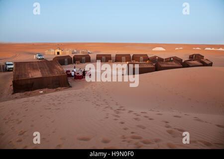 Ein Campingplatz in der Wüste Sahara - Stockfoto