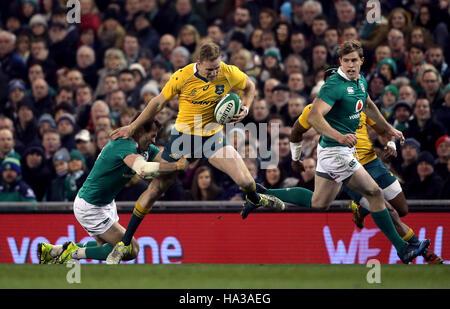 Australiens Reece Hodge von Irlands Jared Payne während des Spiels Herbst International im Aviva Stadium Dublin - Stockfoto