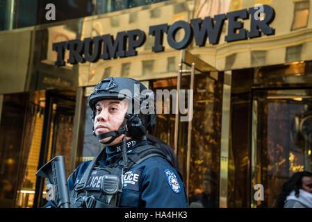 New York City, USA. 26. November 2016. Nach der Wahl Trump Tower, eine Website, die Touristen, unter schweren Sicherheit - Stockfoto