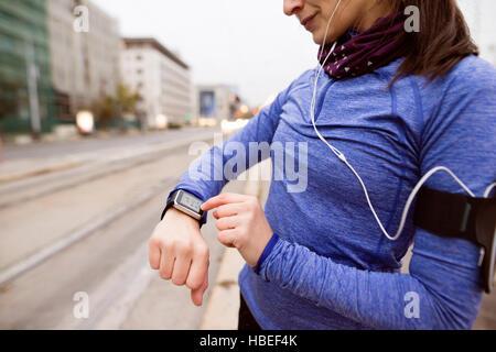 Nicht erkennbare Frau in blauen Sweatshirt laufen in der Stadt - Stockfoto