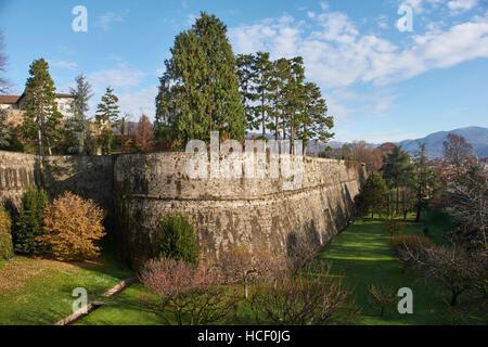 Bergamo, Italien: die venezianische Stadtmauer.  Die Venezianer bauten diese befestigten Mauern um der alten Oberstadt - Stockfoto