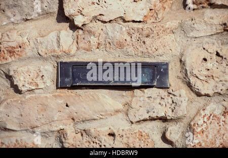 Briefkasten auf Steinmauer. Portugal - Stockfoto