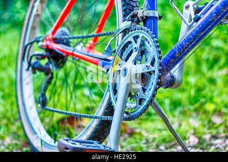 Nahaufnahme von Mountainbike in der Mitte des Landes - Stockfoto