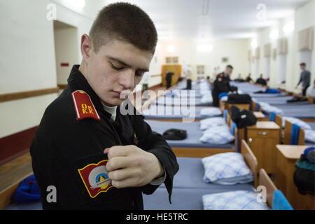 Omsk, Russland. 16. Dezember 2016. Ein jüngsterer Sohn der Omsk Kadettenkorps. © Dmitry Feoktistov/TASS/Alamy Live - Stockfoto