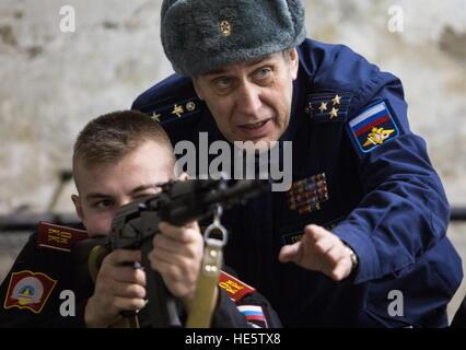 Omsk, Russland. 16. Dezember 2016. Ein jüngsterer Sohn der Omsk Kadettenkorps besucht eine schießende Lektion. © - Stockfoto