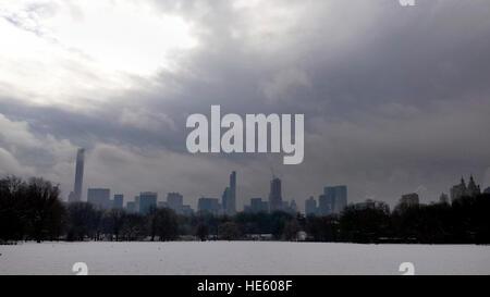 New York City, USA. 17. Dezember 2016. UNS Wetter: Schnee bedeckt dem Great Lawn im New Yorker Central Park am Nachmittag - Stockfoto