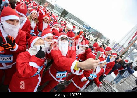 Moskau, Russland. 25. Dezember 2016. Teilnehmer verkleidet als Ded Moroz, Väterchen Frost, dem russischen Weihnachtsmann, - Stockfoto