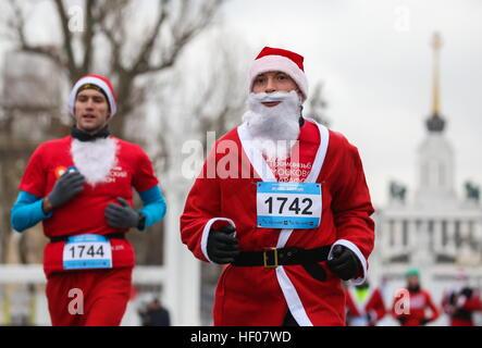 Moskau, Russland. 25. Dezember 2016. Teilnehmer in der Happy Run Charity Run, gekleidet in Väterchen Frost Kostüme - Stockfoto