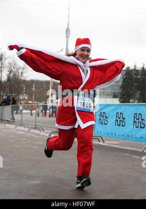 Moskau, Russland. 25. Dezember 2016. Ein Teilnehmer in der Happy Run Charity Run, gekleidet in Väterchen Frost Kostüme - Stockfoto