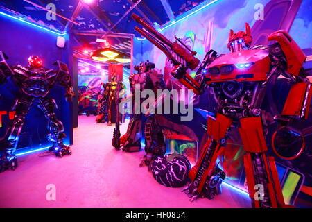 Moskau, Russland. 25. Dezember 2016. Menschen besuchen den Aufstieg das interaktive Museum Maschinen, Robotik und - Stockfoto
