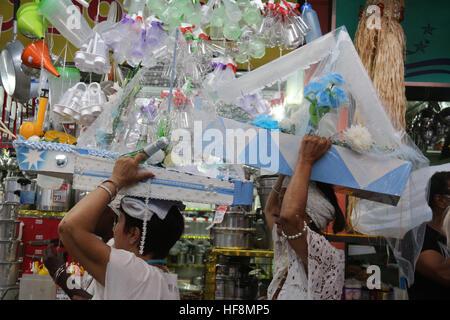 Rio De Janeiro, Brasilien. 29. Dezember 2016. Anhänger der Umbanda und Candomblé feiern Iemanjá, Orixá bekannt als - Stockfoto