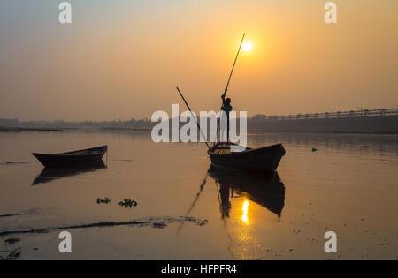 Silhouette Boot mit Ruderer bei Sonnenuntergang am Fluss Damodar, Durgapur Barrage, West Bengal, Indien. - Stockfoto