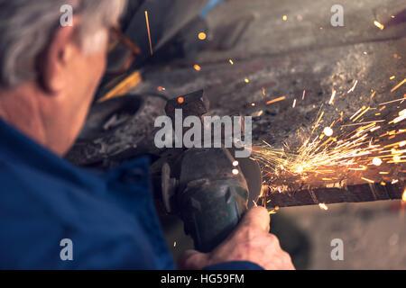 metallarbeiter in werkstatt schleifen mit funken stockfoto bild 86505756 alamy. Black Bedroom Furniture Sets. Home Design Ideas