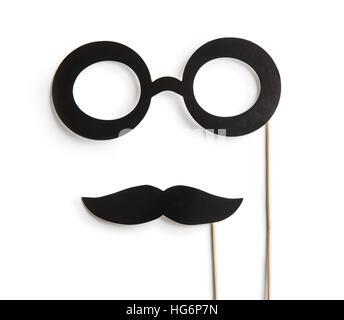 Fake Brille und Schnurrbärte auf Stöcken. Isoliert auf weißem Hintergrund. - Stockfoto