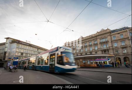 Ein Straßenbahn-Zug verlässt die Tram-Station am Zürcher Paradeplatz mit Sitz der Schweizer Banken UBS und Credit - Stockfoto