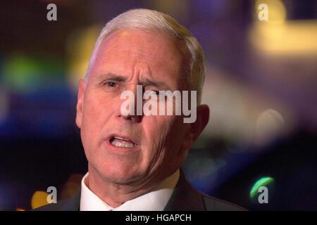 New York, uns. 6. Januar 2017. Vereinigten Staaten Vice Präsident elect Mike Pence, spricht für Mitglieder der Medien - Stockfoto