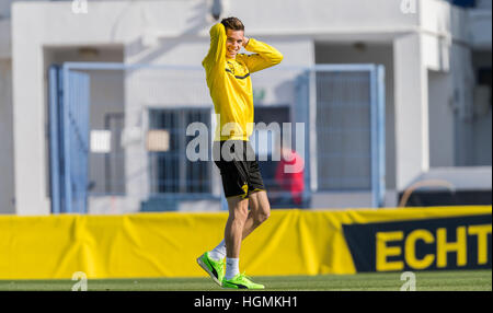 Marbella, Spanien. 11. Januar 2017. Dortmund Julian Weigl lacht während des Trainings über das BVB-Trainingslager - Stockfoto