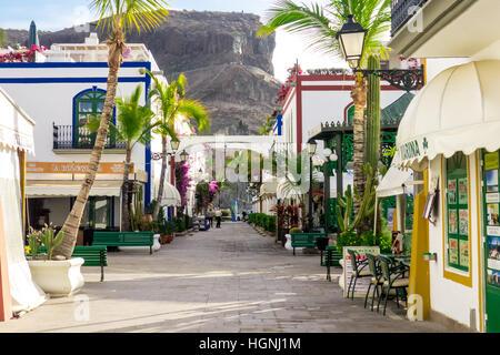 Eine typische Straße von Puerto de Mogan, Gran Canaria. - Stockfoto