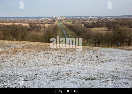 Windsor, UK. 13. Januar 2017. Eine Prise von Schnee auf Snow Hill in Berkshire wie die Sonne scheint hinter. Es - Stockfoto