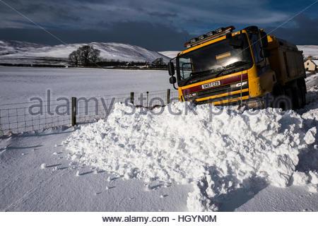 Dryhope, Schafgarbe, Selkirk, Scottish Borders, UK. 13. Januar 2017. Ein Schneepflug steckt im tiefen Schnee im - Stockfoto