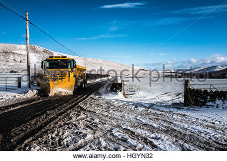 Dryhope, Schafgarbe, Selkirk, Scottish Borders, UK. 13. Januar 2017. Ein Schneepflug löscht die A708 Straße in die - Stockfoto