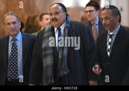 New York, USA. 16. Januar 2017. Martin Luther King III (Mitte) sieht man in der Lobby des Trump Tower in New York - Stockfoto