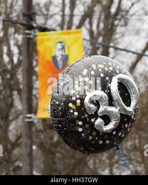 San Antonio, USA. 16. Januar 2017. Ein Ballon, getragen von einem Marcher betont den 30. Jahrestag der jährlichen - Stockfoto